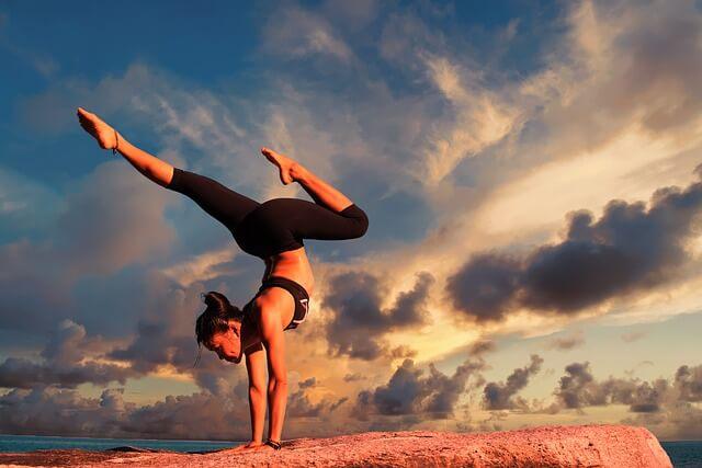 Frau draussen Yoga