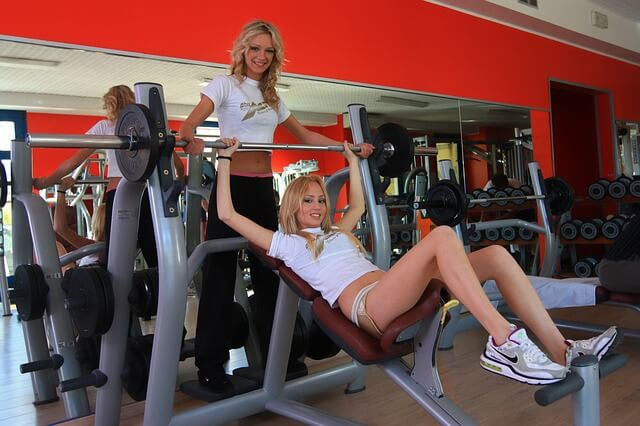 Gewichteheben mit Partnerin