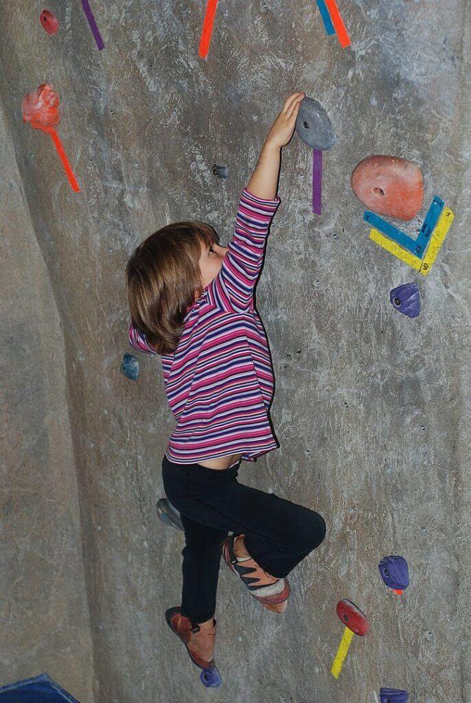 Kind am klettern