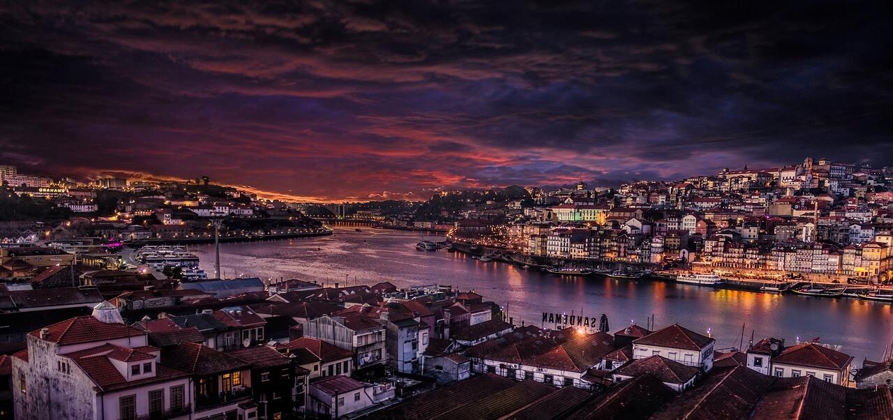 Porto bei Nacht in Portugal