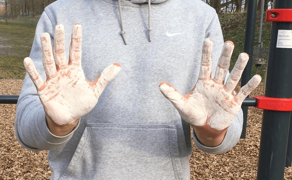 Chalk an den Händen für das Greifen