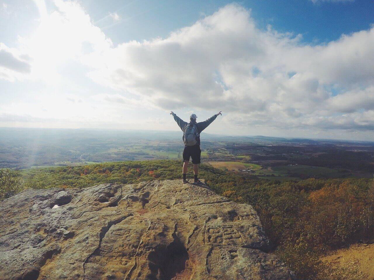 Motiviert bleiben - Mann auf Berg