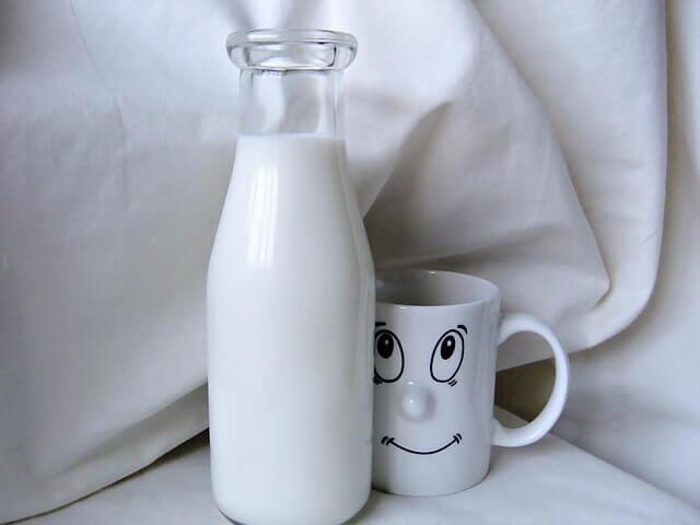 Milch mit Honig hilft beim EInschlafen